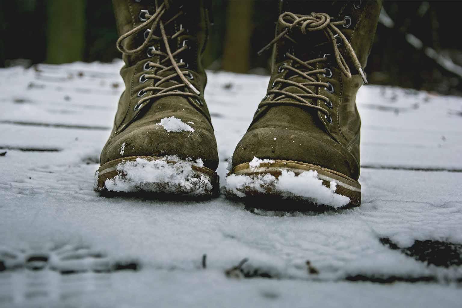 scarpe invernali sulla neve